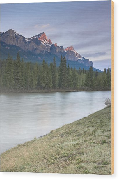 Mount Rundle And The Bow River At Sunrise Wood Print by Richard Berry