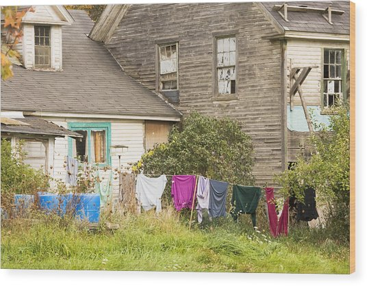 Old House With Laundry Wood Print