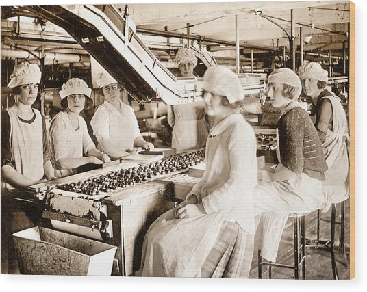 Picture 12 - New - Lucy And Ethel On The Candy Line Wood Print