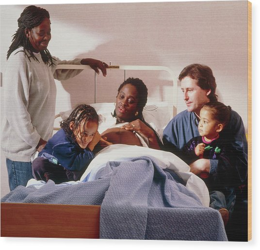 Pregnant Woman And Her Family On An Antenatal Ward Wood Print by Ruth Jenkinson/midirs/science Photo Library