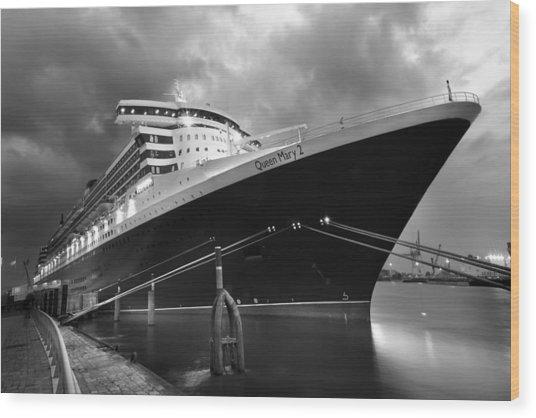 Queen Mary 2 In Hamburg Wood Print by Marc Huebner