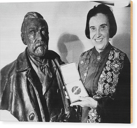 Rosalyn Yalow With Her 1977 Nobel Prize Wood Print