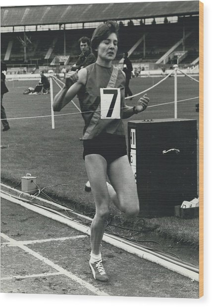 Sheila Taylor Wins 800 Metres Wood Print by Retro Images Archive