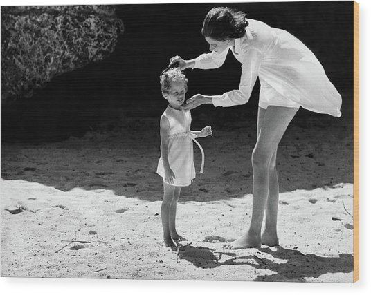 Suzy Parker With Her Daughter At Sam Lord's Wood Print