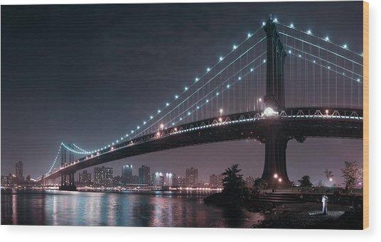 The 2 Lovers Under Manhattan Bridge Wood Print by Fabien Bravin