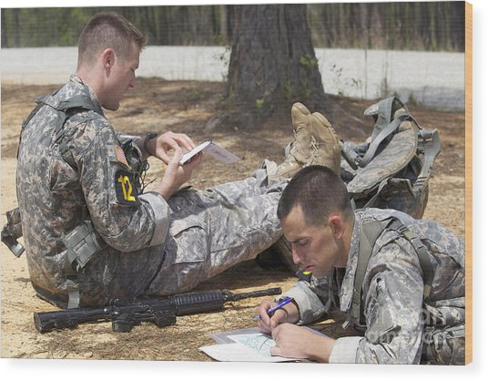 U.s. Army Rangers Map Out Their Route Wood Print