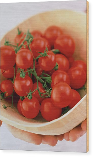 Vine Cherry Tomatoes Wood Print by William Lingwood/science Photo Library