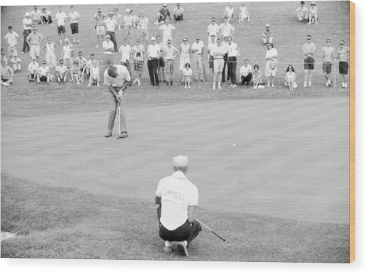 Arnie Putts The 13th At 1964 Us Open At Congressional Country Club Wood Print
