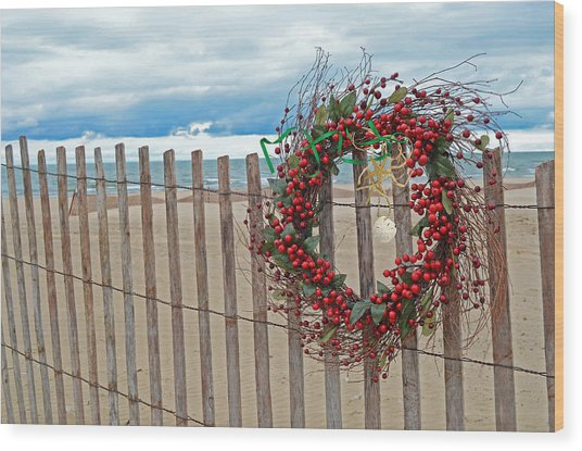 Beach Berry Wreath Wood Print by Maria Dryfhout