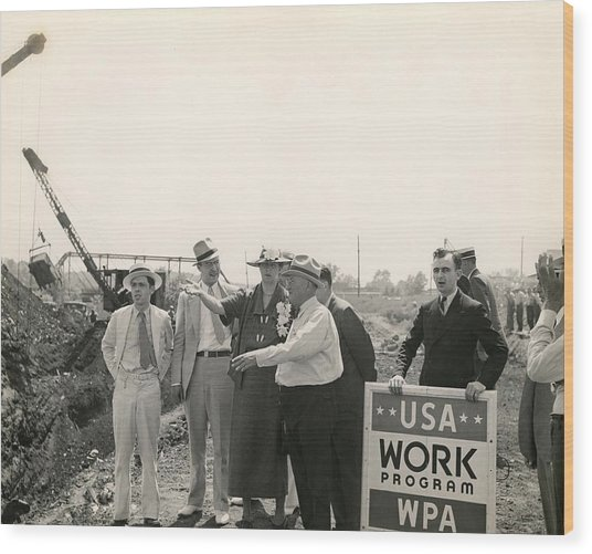 Eleanor Roosevelt At A Wpa Site In Des Wood Print by Everett