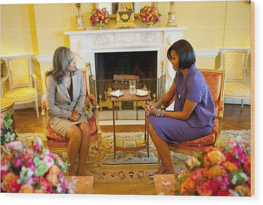 Michelle Obama Talks With Elizabeth Wood Print by Everett