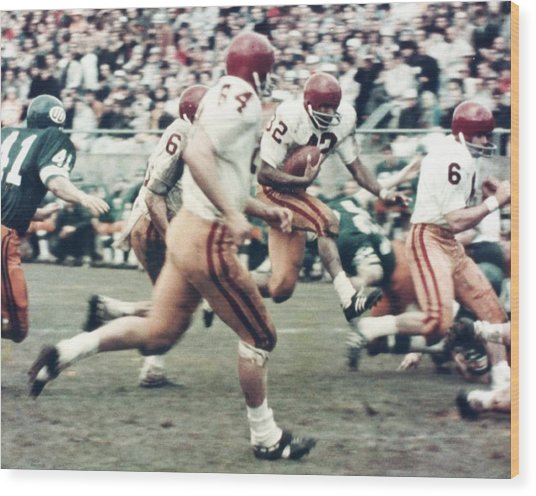 Oj Simpson Carrying The Ball At Oregon Wood Print