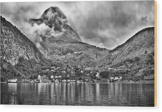 Vinashornet Mountain Wood Print