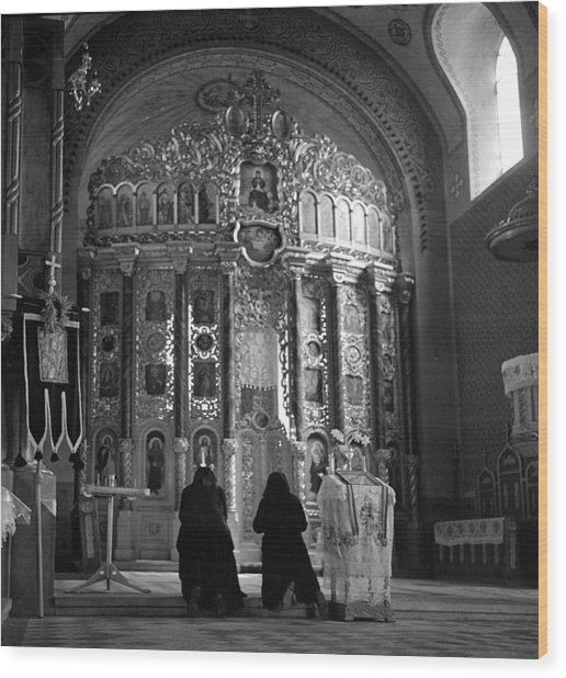 Women Praying In Church Wood Print