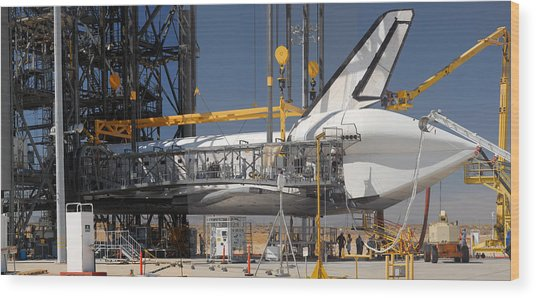 Space Shuttle Discovery At Edwards Afb September 17 2009 Wood Print by Brian Lockett