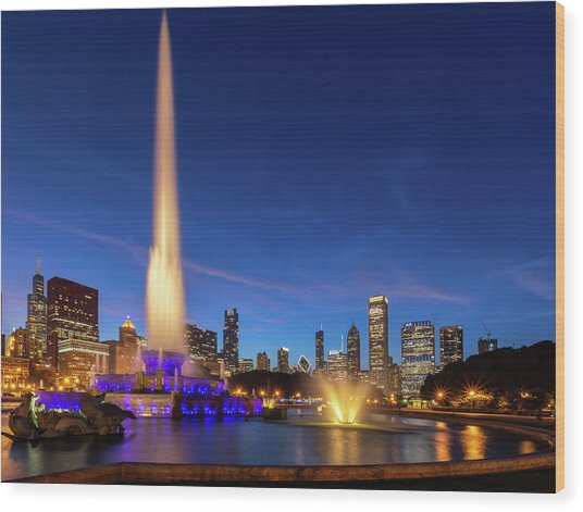 Buckingham Fountain At Dusk Wood Print