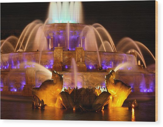 Buckingham Fountain At Night Wood Print