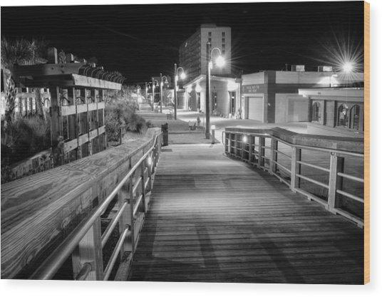 Carolina Beach Boardwalk Ramp In Black And White Wood Print