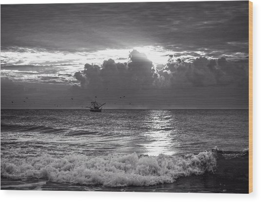 Carolina Beach Shrimp Boat At Sunrise In Black And White Wood Print