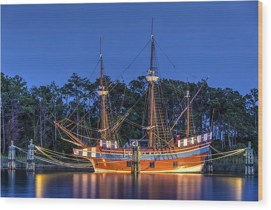Elizabeth II At Dock Wood Print