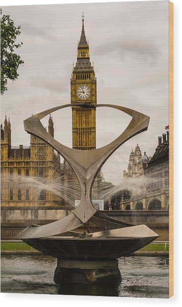 Fountain With Big Ben Wood Print