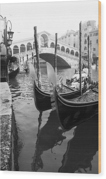 Gondole At Rialto Bridge Wood Print