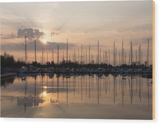 Heavenly Sunrays - Peaches-and-cream Sunrise With Boats Wood Print