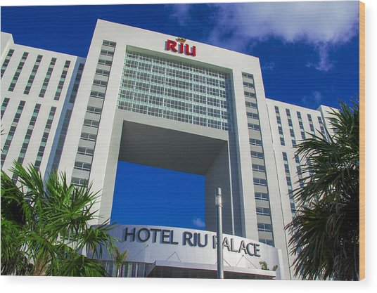 Hotel Riu Palace In Cancun Wood Print