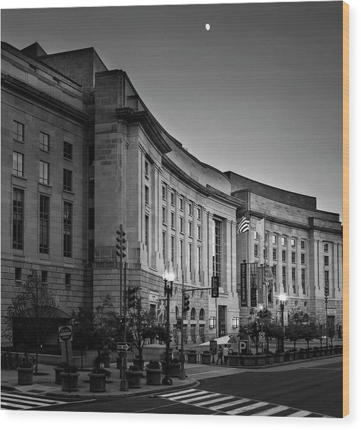 Late Evening At The Ronald Reagan Building In Black And White Wood Print