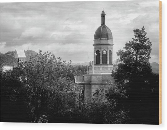 Light On The Courthouse In Black And White Wood Print
