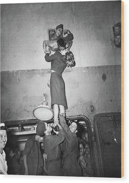 Marlene Dietrich Kissing Soldier Returning From Ww2 1945 Wood Print