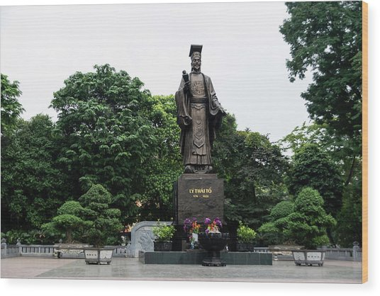 Monument To Emperor Le Thai To Wood Print