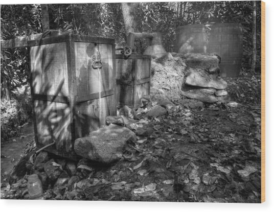North Carolina Moonshine Still In Black And White Wood Print