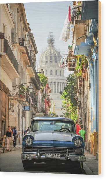 Old Car And El Capitolio Wood Print