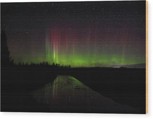 Red And Green Aurora Pillars Wood Print