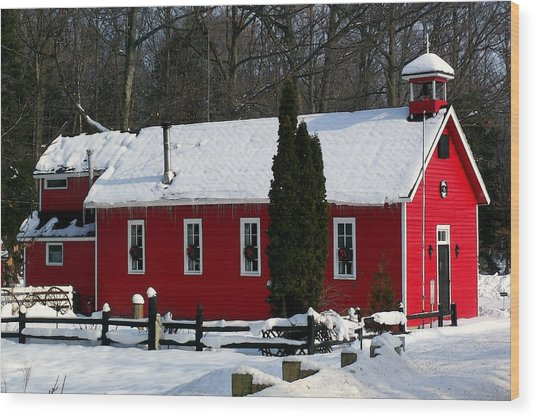 Red Schoolhouse At Christmas Wood Print