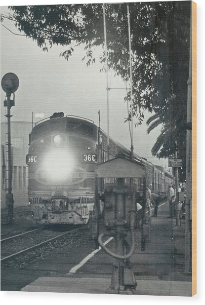 Santa Fe Combined El Capitan And Super Chief At Pasadena California Station Wood Print