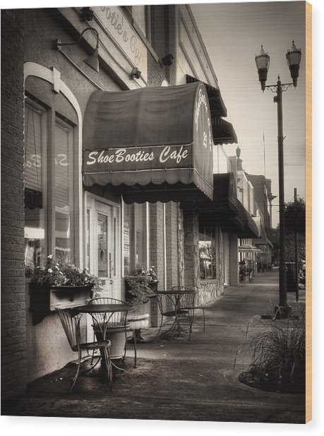 Sidewalk At Shoebooties Cafe In Black And White Wood Print