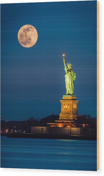 Statue Of Liberty And A Rising Supermoon In New York City Wood Print