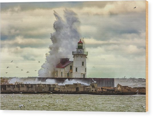 Storm Waves At The Cleveland Lighthouse Wood Print