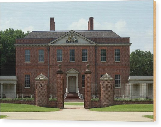 Tryon Palace Front With Gaurd Posts Wood Print by Rodger Whitney