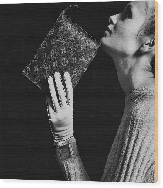 Twiggy Holding Louis Vuitton Envelope Bag Wood Print by Bert Stern
