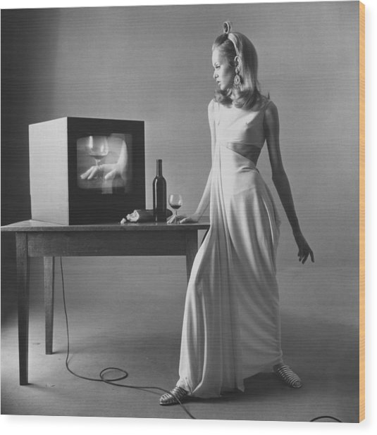 Twiggy With Television Monitor Wood Print