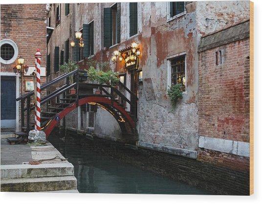 Venice Italy - The Cheerful Christmassy Restaurant Entrance Bridge Wood Print