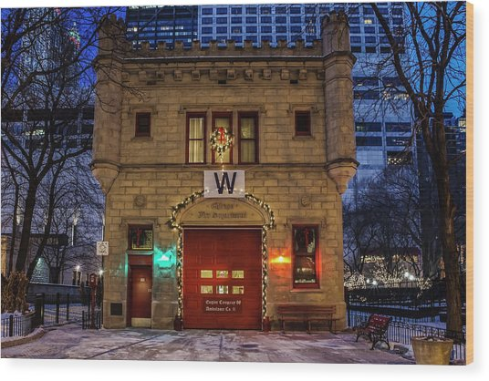 Vintage Chicago Firehouse With Xmas Lights And W Flag Wood Print
