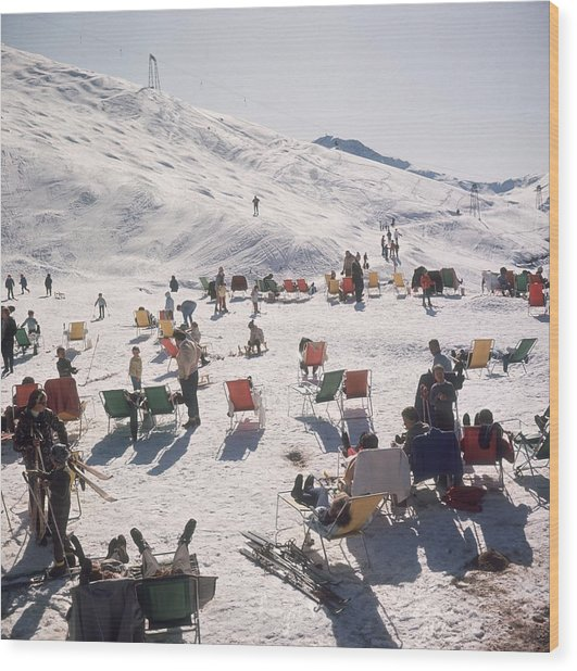 Skiers At Verbier Wood Print by Slim Aarons