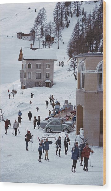 Skiers In St. Moritz Wood Print by Slim Aarons