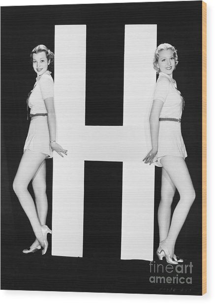 Women Posing With Huge Letter H Wood Print by Everett Collection