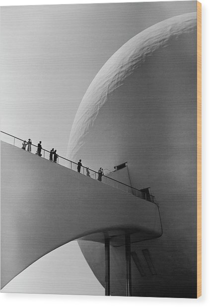 1939 Worlds Fair Visitors Entering The Wood Print by Alfred Eisenstaedt