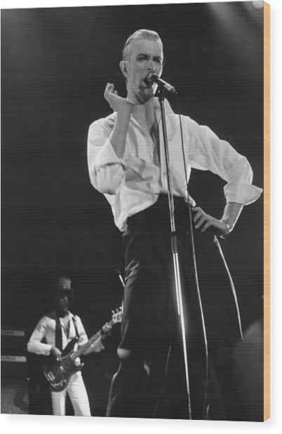 Bowie On Stage Wood Print by Evening Standard